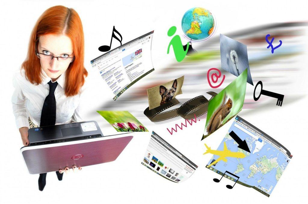 אישה ומחשב